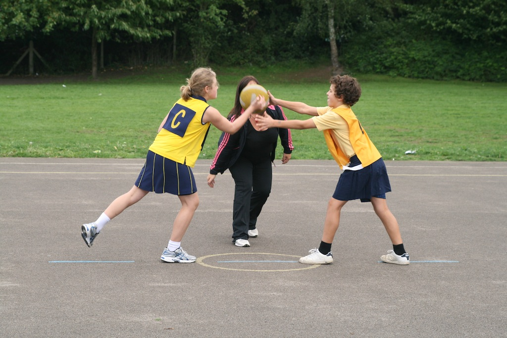 Five 4 School >> Little Heath School Netball: Year 6 Girls v Boys Netball Match