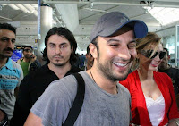 Tarkan and his girlfriend answering reporters' questions at Istanbul's Atatürk Airport