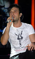 Tarkan paying tribute to Michael Jackson during his 2009 Ereğli show