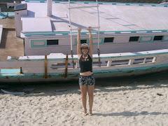 Barco na praia dos anjos