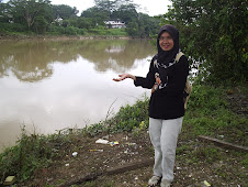 Bergambar di sungai Kampung Kelantan