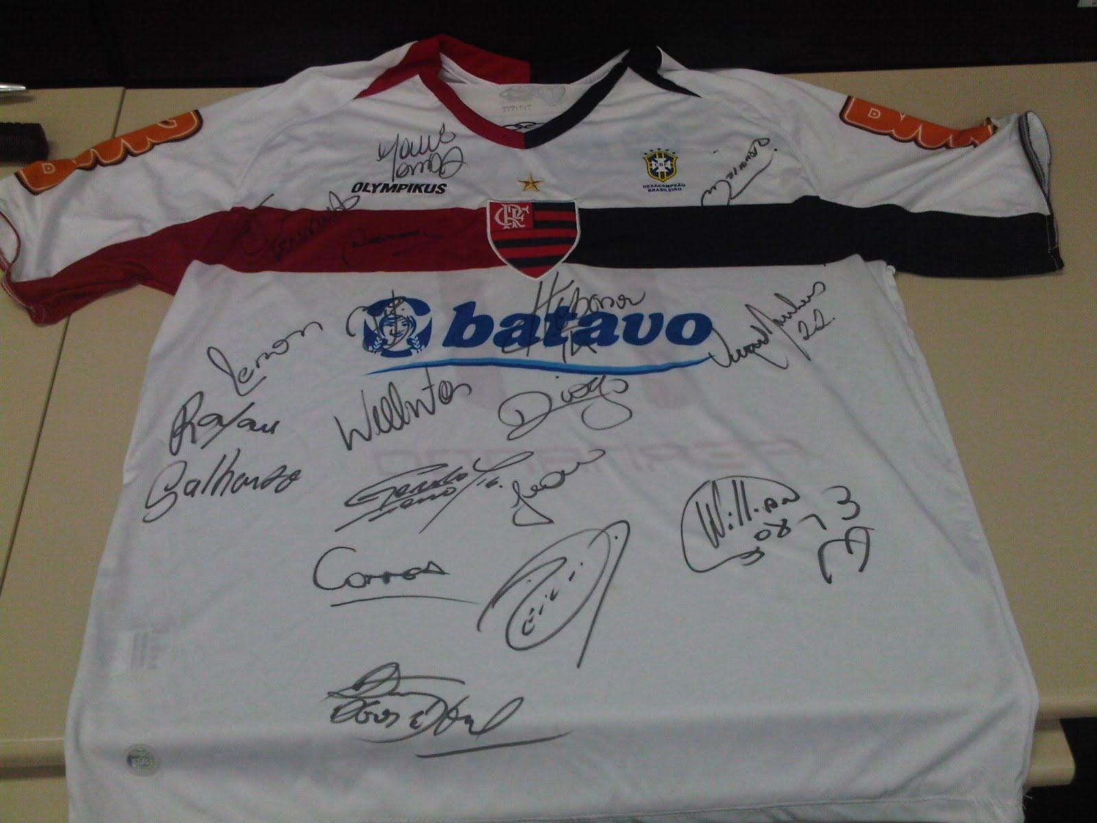 a8a39772494 Quem me acompanha no Twitter sabe que há algum tempo venho prometendo fazer  uma promoção envolvendo uma camisa de jogo autografada do Flamengo.