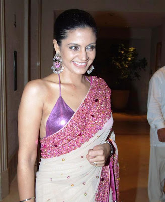 Hot Cleavage Show of Masala TV Actress and Cricket Commentator Babe Mandira Bedi