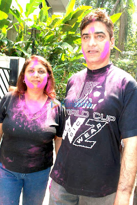 Riya and Raima Sen play Holi at 'Azmi House' image