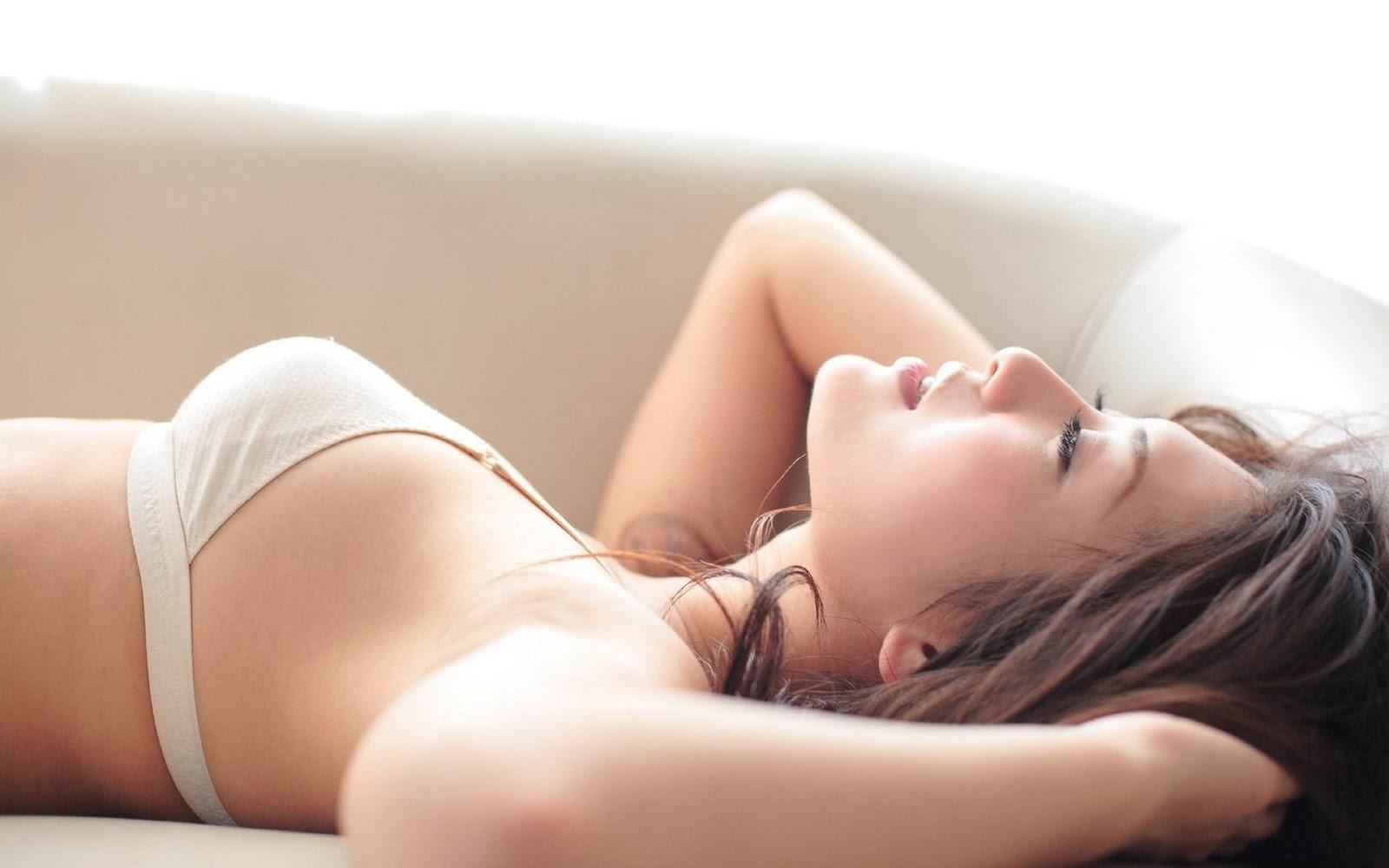 Смотреть молодые девушки ласкают свою киску в постели