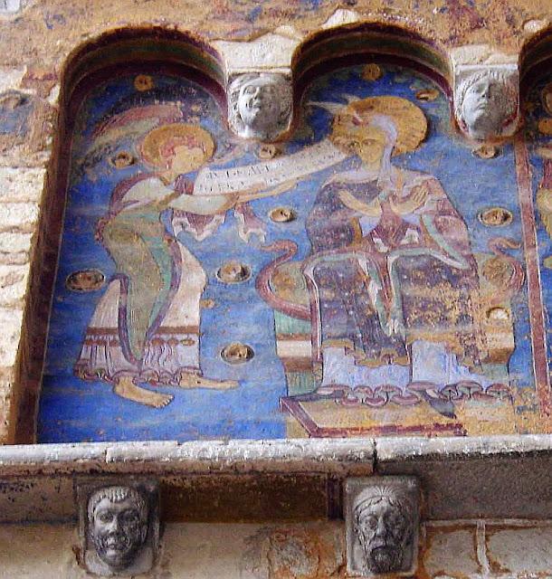 Afresco medieval no exterior do santuário