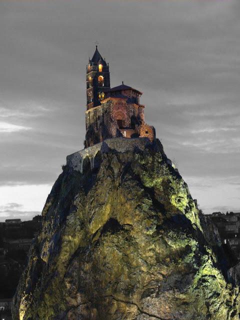 Le Puy-en-Velay, capela de São Miguel no anoitecer, catedrais medievais
