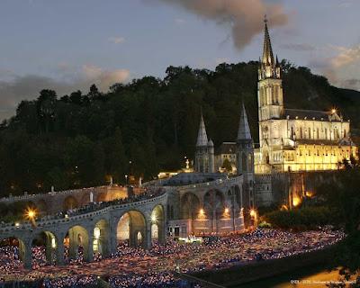 Lourdes, procissão das velas, fundo santuário
