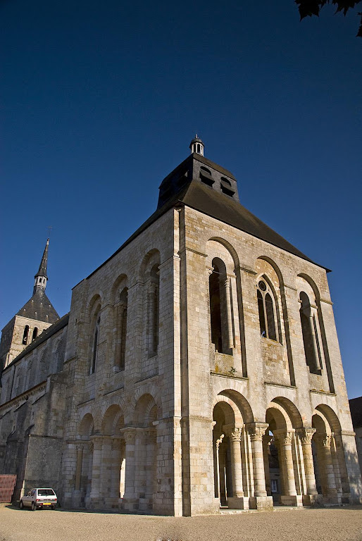 Mosteiro de St-Benoît-sur-Loire onde repousam os restos do Patriarca da Cristandade.