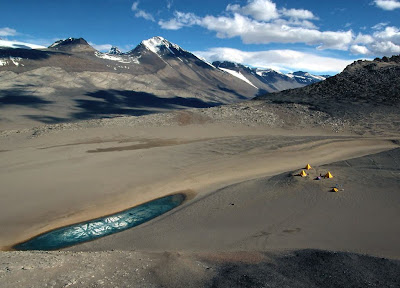 https://1.bp.blogspot.com/_L-aIG-7AW7I/SJnMMrkOfnI/AAAAAAAABY8/53A9pk-dx0Y/s400/Antartica,+Dry+Valley,+National+Geographic,+Verde,+nova+cor+do+comunismo.jpg