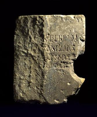 Inscrição com o nome do governador Pôncio Pilato