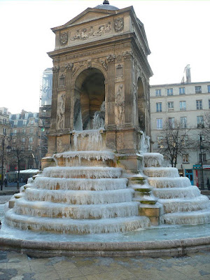 Fontaine des Innocents congelada em Paris, 2009