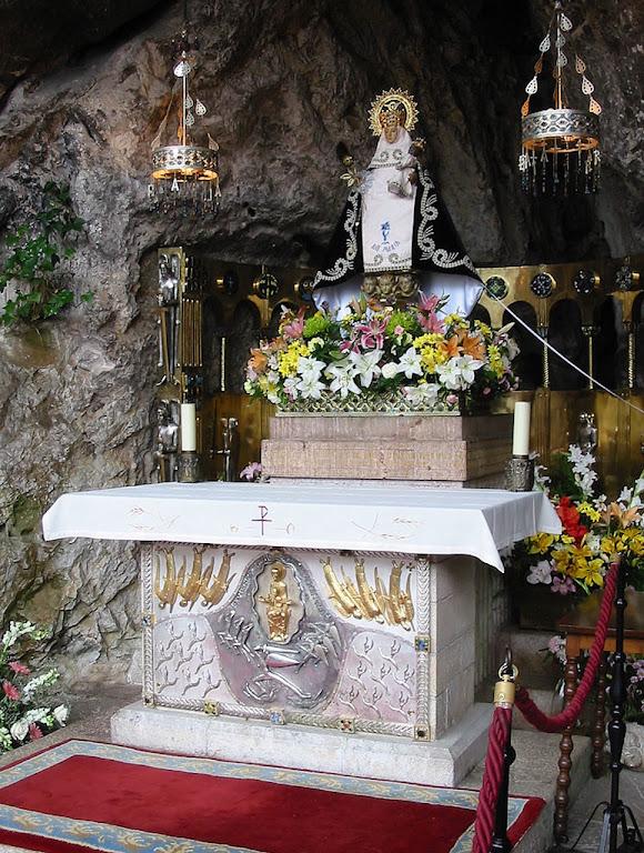 Nossa Senhora de Covadonga, na gruta do mesmo nome