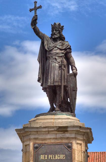 Estátua de Don Pelayo em Gijon, Espanha