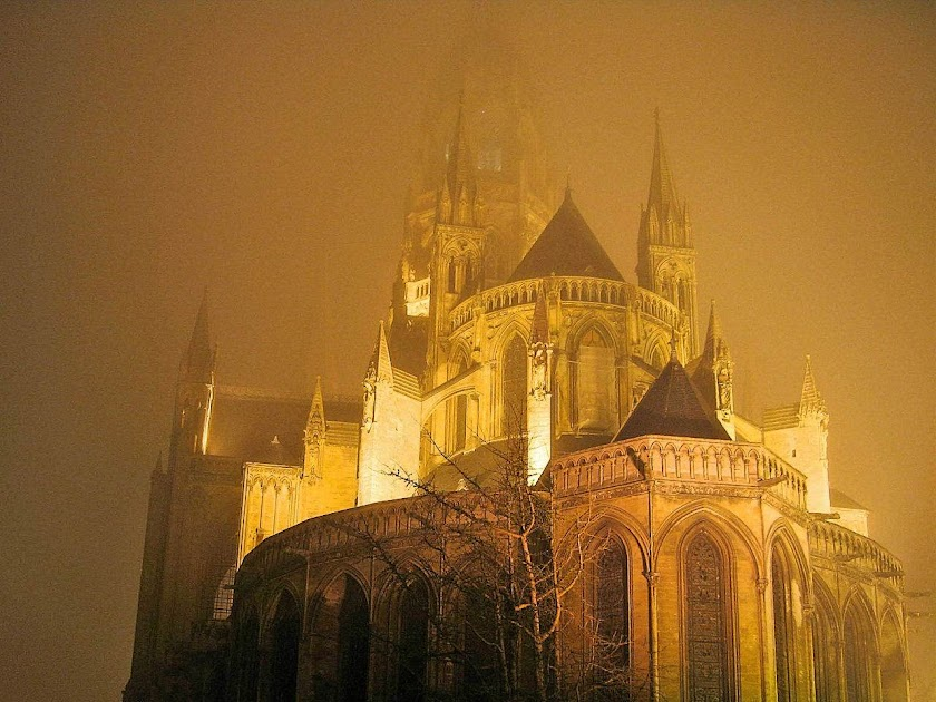 BA catedral de Bayeux, Normandia, na bruma