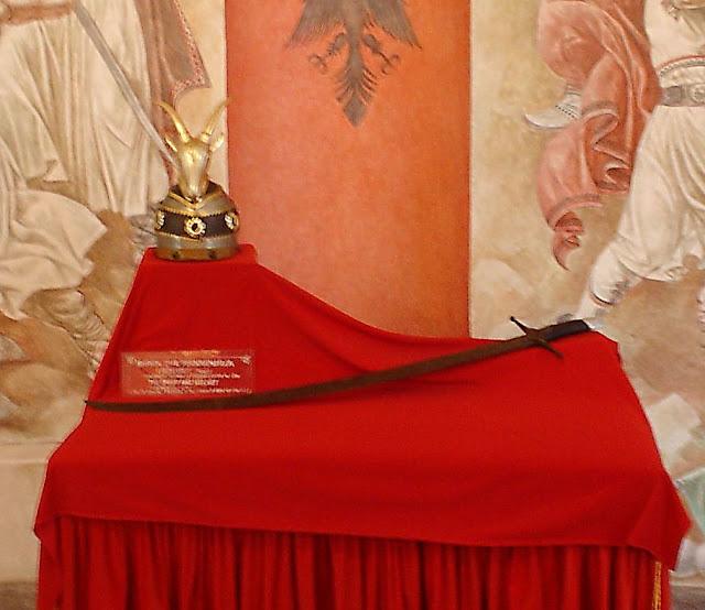 Replica do elmo e da espada de Skanderbeg no museu de Kruje, Albânia