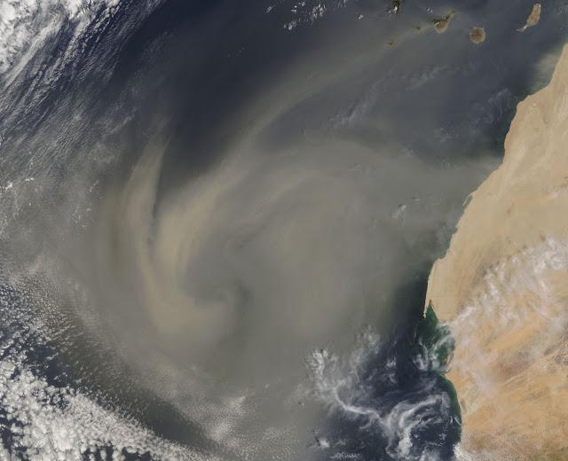 Tempestade de areia sai do Saara (Marrocos) na direção de América
