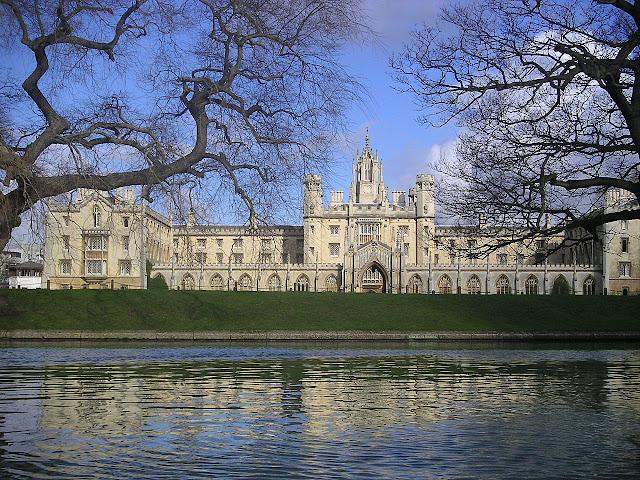 Universidade de Cambridge, Inglaterra, fundada em 1209 pelo rei Henrique II. Hoje é uma das mais prestigiosas do planeta. A Universidade de Bolonha, Itália, criada em 1088, é tida como a mais antiga do mundo