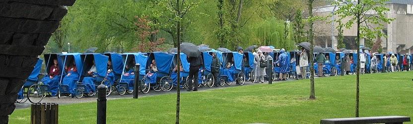 Filas de doentes na procissão em Lourdes, até sob a chuva
