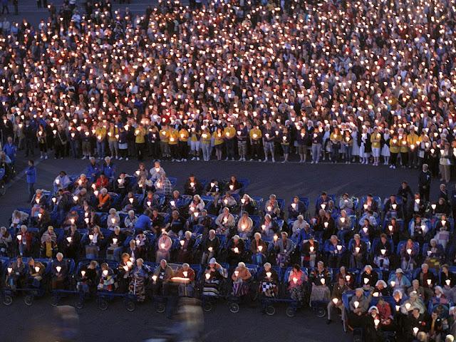Lourdes: doentes e romeiros no fim da procissão das velas