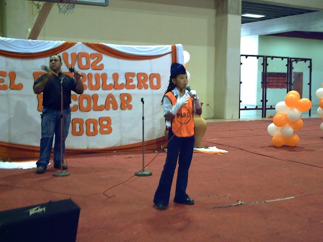 Maritza Mendoza cantando en el festival de la voz del patrullero escolar