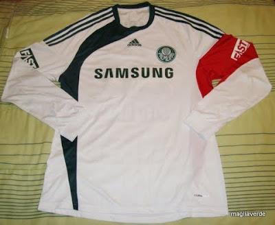 Uma camisa preparada quer dizer que ela não é disponível para venda em  lojas 8dda790548e8c