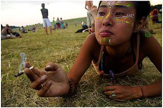 nygus hippie en un festival fumando