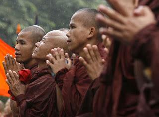 monjes birmanos