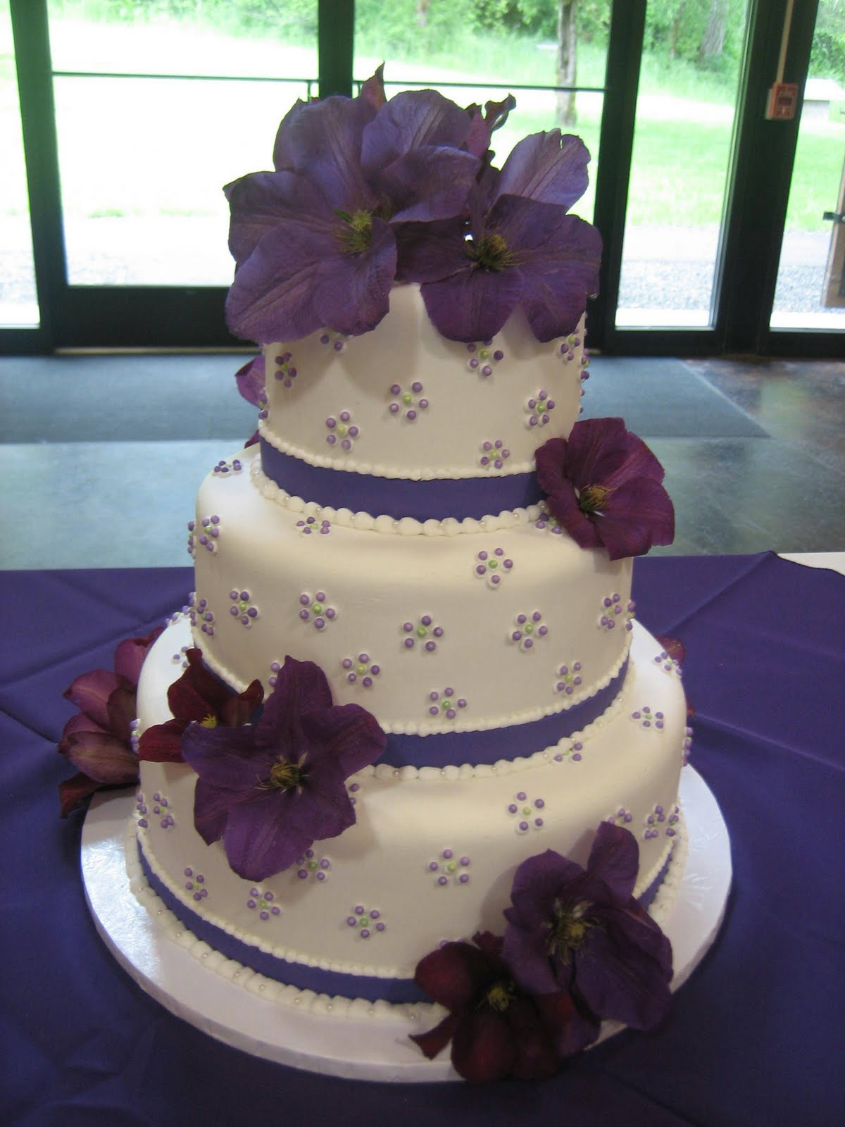 round wedding cakes with purple flowers jillicious discoveries three purple wedding cakes 19338