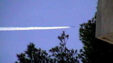 Evidente volo a bassa quota di un tanker chimico.