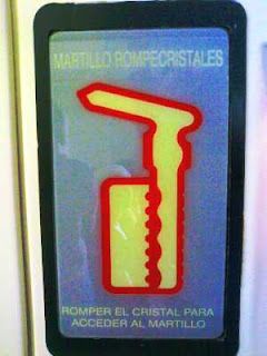 Martillo rompecristales: romper el cristal para acceder al martillo
