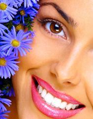 Sonrisa perfecta tras un tratamiento para blanquear los dientes