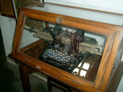 Namangha talaga ako nung nakita ko to. Sobrang lumang typewriter