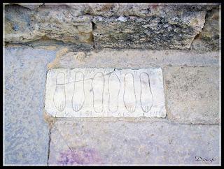 Exvotos en el suelo de la entrada