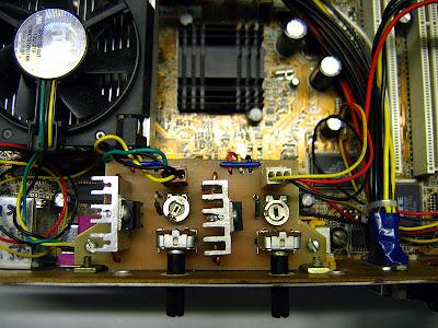Регулятор оборотов: вид сверху. Видны построечные резисторы и радиаторы для стабилизаторов напряжения.