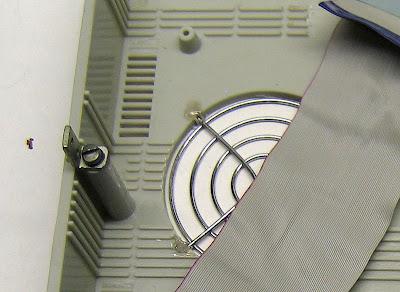 Способ крепления решётки для вентилятора процессора. В верхней половинке корпуса я вырезал отверстие D 80 мм напротив вентилятора процессора. Взял обычную решётку-гриль, обломил ушки крепления и затем просто вплавил паяльником решётку с внутренней стороны корпуса. Поскольку толщина корпуса составляет 4 мм, этот процесс прошёл довольно легко.