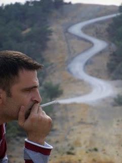 https://1.bp.blogspot.com/_Mc6hSIUqSgg/SVuGKc43iTI/AAAAAAAAAWM/MKrci38elSI/s320/fumo+e+a+estrada+da+morte.jpg