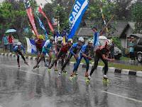 Atlet sepatu roda harus berjuang keras untuk meraih medali. Salah satu mata  lomba pada atlet putra tetap diteruskan meski hujan cukup deras. 3537e61c80