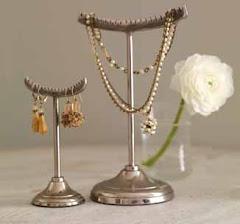 Smyckesträd i metall.