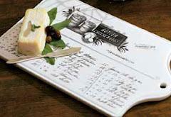 Underbart vacker gammeldags ostbricka i porslin.