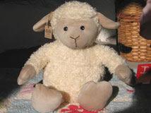 Hot Hugs lamm med värmande vetekudde.