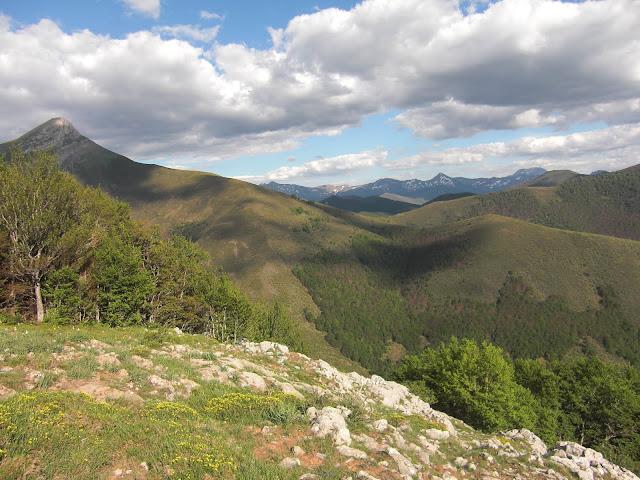 La Panda (a la izquierda) sobre el monte Candanoso. Al fondo las siluetas del Pico Murcia y Espigüete