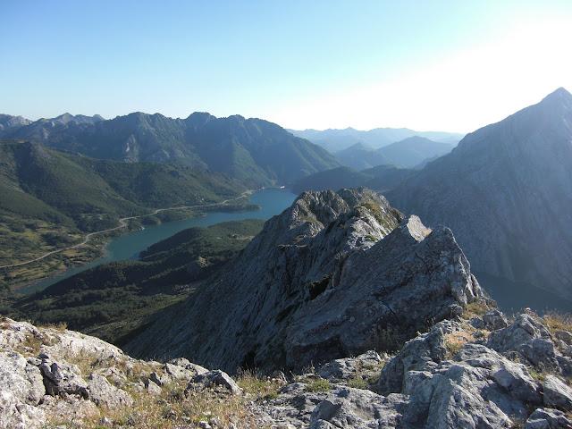 Cresta de descenso. Al fondo la presa del embalse y tras ella el monte Jaido de Las Salas.