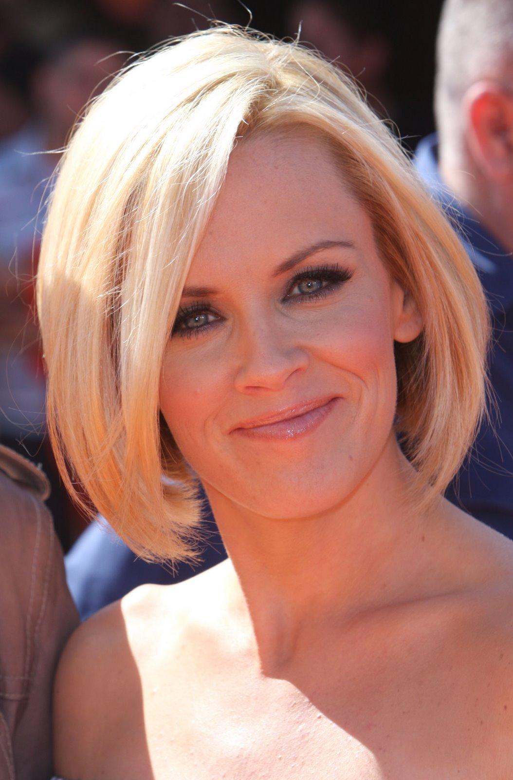 Blonde Angelina Jolie loves Short Hairstyles | epsos.de