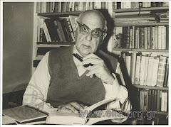 O Γιώργος Σεφέρης στο γραφείο του στο πίτι του στην οδό Άγρας
