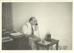 Ο Γιώργος Σεφέρης στο γραφείο τύπου. Κάιρο 1942
