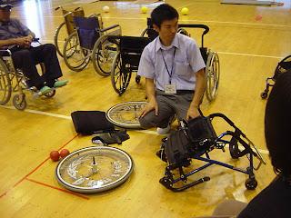 タイヤ二つとイスがそれぞれ分かれる