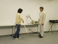 白杖で歩く参加者の女性