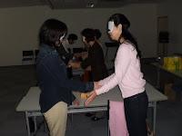 アイマスクをした参加者。隣同士で握手で挨拶