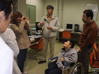 単眼鏡を解説する佐々木先生
